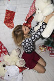 与玩具熊的妇女戏剧 免版税图库摄影