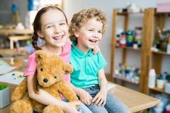 与玩具熊的愉快的孩子 图库摄影