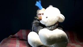 与玩具熊的滑稽的废物 股票视频
