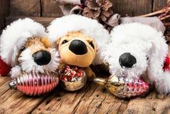 与玩具狗的圣诞节装饰 图库摄影