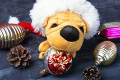 与玩具狗的圣诞节装饰 免版税库存图片