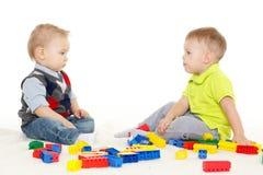 与玩具的儿童游戏。 免版税库存图片