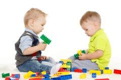 与玩具的儿童游戏。 库存照片