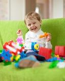 与玩具的儿童游戏在家 免版税库存图片