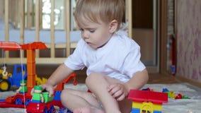 与玩具的儿童游戏在游戏室 股票视频