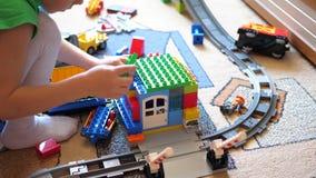 与玩具的儿童游戏 孩子在使用与建筑集合的游戏厅从小立方体收集项目和 股票录像