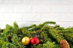 与玩具的圣诞树在白色砖墙背景 库存照片