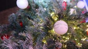 与玩具的圣诞树,圣诞树点燃与光,圣诞树,诗歌选在一个新年,眨眼睛点燃 股票视频