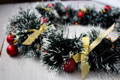 与玩具的圣诞节花圈在木板 库存照片