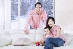 与玩具的女儿和父母戏剧 库存照片