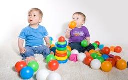 与玩具的婴孩作用 免版税库存图片