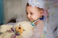 与玩具的小女孩戏剧 库存照片