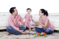 与玩具的快乐的家庭戏剧在演播室 免版税库存图片