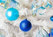 与玩具的白色圣诞节树 免版税库存图片