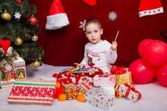 与玩具的迷人的小孩戏剧 免版税图库摄影