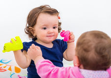 与玩具的婴孩戏剧 免版税库存图片