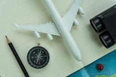 与玩具航空器,指南针,双筒望远镜,铅笔, p的旅行概念 图库摄影