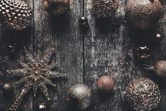 与玩具装饰的圣诞节或新年土气木背景,顶视图,拷贝空间 库存照片