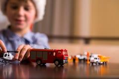 与玩具警察用直升机的孩子 库存照片