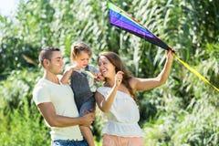 与玩具风筝的家庭在公园 库存图片