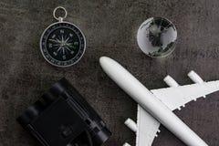 与玩具飞机、双筒望远镜、指南针和地球的旅行概念 库存图片