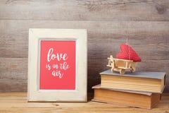 与玩具飞机、心脏形状和照片框架的情人节概念 免版税库存图片
