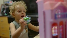 与玩具直升机的愉快的小男孩戏剧 股票视频