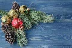 与玩具decorati的圣诞节或新年土气木背景 免版税库存图片