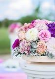 与玫瑰、大丽花、丁香和八仙花属的花的布置 库存图片
