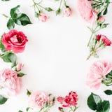 与玫瑰、桃红色花蕾、分支和叶子的圆的框架花圈样式 免版税库存图片