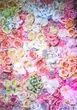 与玫瑰丛的婚礼花束 图库摄影