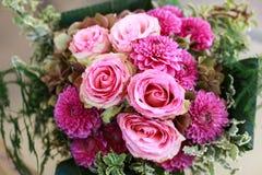 与玫瑰和丁香的婚礼花束 库存图片