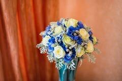 与玫瑰和八仙花属的婚礼花束 库存图片