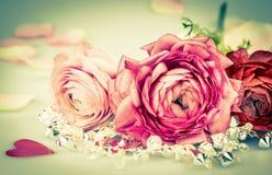 与玫瑰和心脏的欢乐卡片,定调子 免版税库存图片