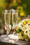 与玫瑰和杯的婚戒香槟 免版税库存照片