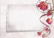 与玫瑰和老看板卡的葡萄酒背景 库存照片