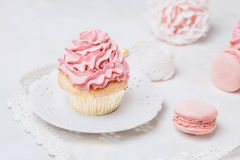 与玫瑰和蛋白杏仁饼干的桃红色杯形蛋糕 欢乐和明亮 婚礼庆祝概念 库存图片