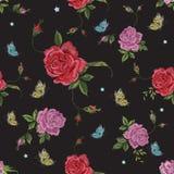 与玫瑰和butterf的刺绣当地花卉无缝的样式 皇族释放例证