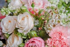 与玫瑰特写镜头的美丽的白色桃红色婚礼花束 图库摄影