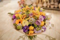 与玫瑰的五颜六色的花束 背景构成旋花植物空白花的郁金香 免版税图库摄影