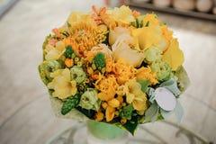 与玫瑰的五颜六色的花束 背景构成旋花植物空白花的郁金香 免版税库存照片