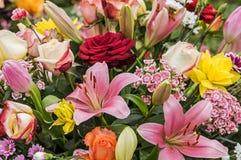与玫瑰的典雅的花束 免版税库存图片