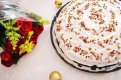 与玫瑰的可口蛋糕 免版税库存图片
