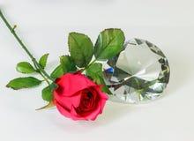 与玫瑰的大清楚的金刚石形状水晶, Valentin的概念 库存照片