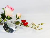 与玫瑰的大清楚的金刚石形状水晶, Valentin的概念 免版税库存图片