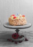 与玫瑰的奶油色饼干蛋糕 免版税库存照片