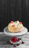 与玫瑰的奶油色饼干蛋糕 免版税图库摄影