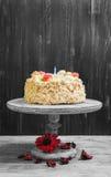 与玫瑰的奶油色饼干蛋糕 库存照片