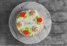 与玫瑰的奶油色饼干蛋糕 免版税库存图片