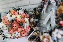 与玫瑰的婚礼花束在新年内部 免版税库存照片